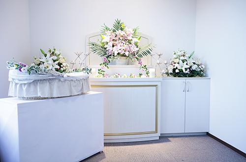 清潔な室内でお花に囲まれながら家族(ペット)をお見送り